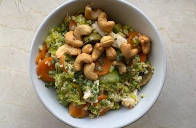 Voedende mix van bulgur, groenten, noten, olijven en avocado
