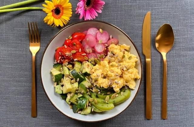 Kleurrijke groente-bowl met roerei