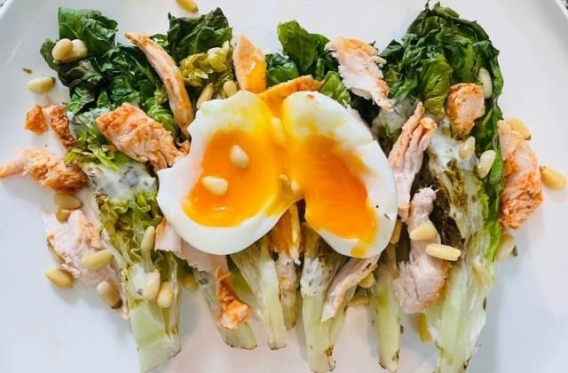 Gegrilde salade met ceasardressing en kip
